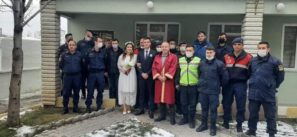 Sungurlu İlçe Jandarma Komutanlığında görev yapan Jandarma Astsubay Didem Gülen ve Jandarma Astsubay Özkan Taş, hayatlarını birleştirdi. | Sungurlu Haber