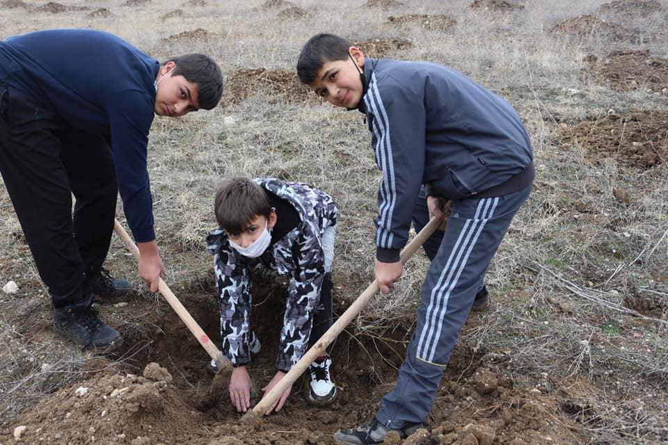 Sungurlu Kaymakamlığı tarafından İlçemiz Organize Sanayi Bölgesinde ağaçlandırma etkinliği düzenlendi. Düzenlenen etkinlikte 1500 adet çam ve sedir fidanı toprakla buluşturuldu. | Sungurlu Haber