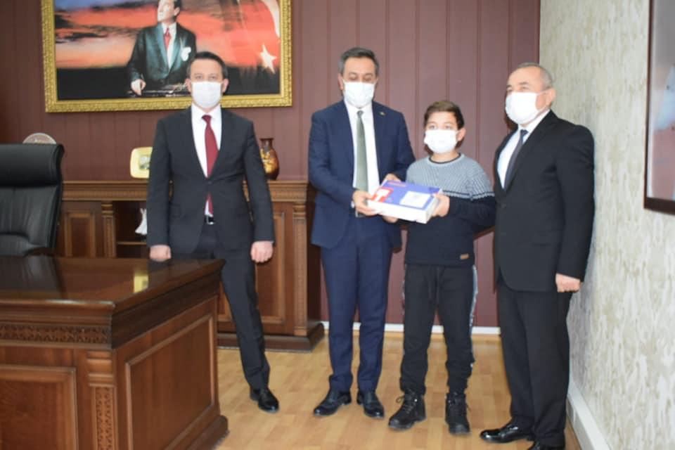 Milli Savunma Bakan yardımcısı hemşehrimiz Muhsin Dere, Sungurlu'ya gelerek şehit ve gazi yakını öğrencilere 3 adet tablet hediye etti. | Sungurlu Haber