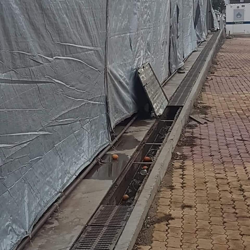 İlçemizde Cumartesi günleri kurulan kapalı pazar yerinin döküm ızgara demirleri kimliği belirsiz kişiler tarafından çalındı. Zabıta Müdürlüğü ekipleri yerinde incelemeler yaparak Eminiyet Müdürlüğüne şikâyette bulundu | Sungurlu Haber