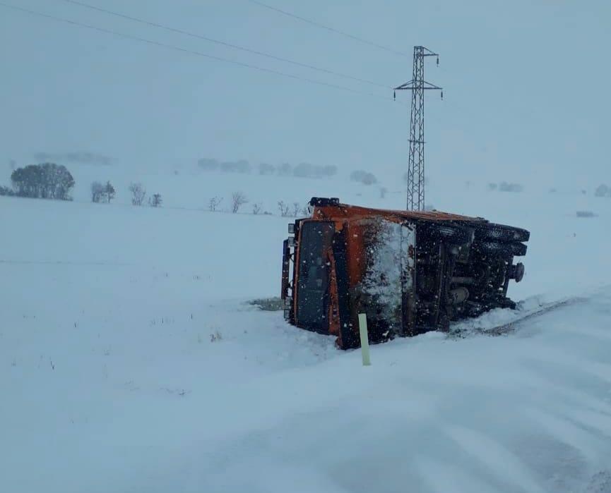Sungurlu'da karla kapanan yolları açmak için çalışan kar küreme aracı şarampole devrildi.  | Sungurlu Haber