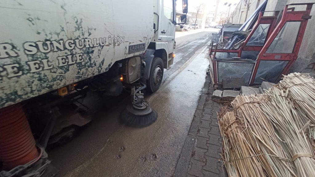 Sungurlu Madeni Sanatkârlar Esnaf Odası Başkanı Hakkı Vargeloğlu, 80 saatlik sokağa çıkma kısıtlamasını fırsat bilip temizlik çalışmaları için Sungurlu Belediyesi'den yardım istedi.   Sungurlu Haber
