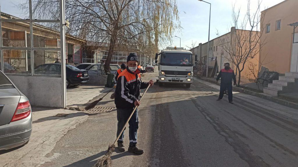 Sungurlu Madeni Sanatkârlar Esnaf Odası Başkanı Hakkı Vargeloğlu, 80 saatlik sokağa çıkma kısıtlamasını fırsat bilip temizlik çalışmaları için Sungurlu Belediyesi'den yardım istedi. | Sungurlu Haber