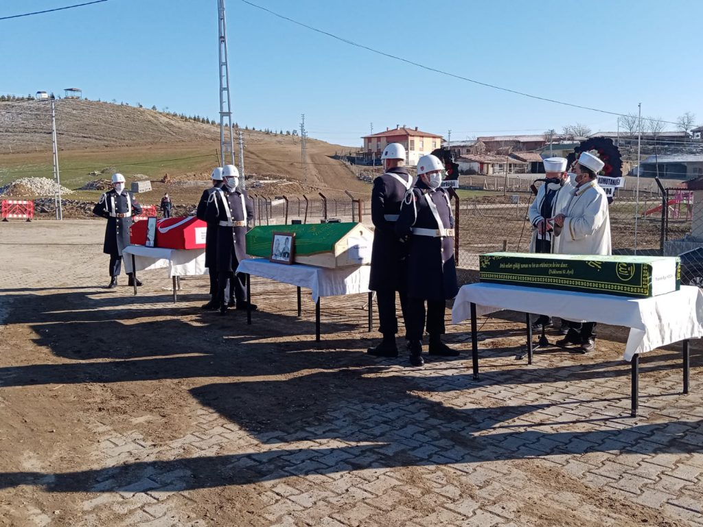 Erzurum'un Horasan ilçesinde, buzlanan yolda kontrolden çıkıp, yolcu otobüsüyle çarpışan ve kazada hayatını kaybeden Sungurlulu Uzman Çavuş, eşi ve çocuğu göz yaşları arasında son yolculuğuna uğurlandı. | Sungurlu Haber