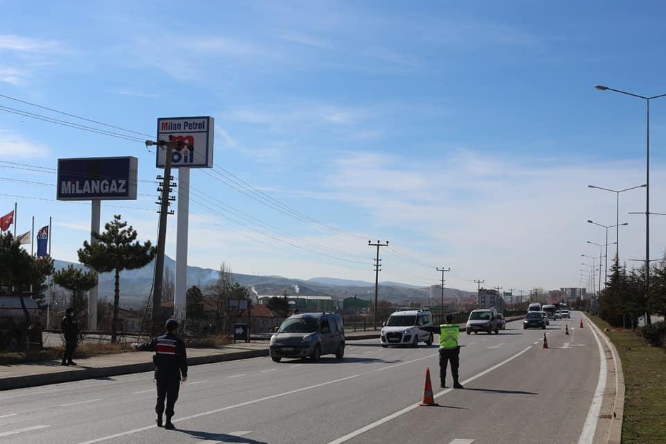 Sungurlu Kaymakamı Fatih Görmüş, polis ve jandarma uygulama noktasını denetledi. | Sungurlu Haber