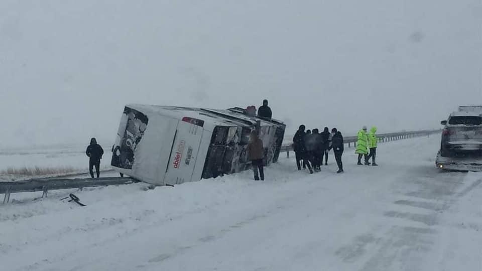 Kırıkkale-Sungurlu yolunda Fatsa Belediyespor kafilesini taşıyan otobüsün devrildiği trafik kazasında 1 kişi yaralandı.   Sungurlu Haber