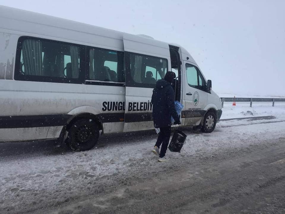 Belediye Başkanı Abdulkadir Şahiner, bugün sabah saatlerinde Delice yakınlarında otobüsleri devrilen Fatsa Belediyespor oyuncularına Fatsa'ya dönmeleri için araç tahsis etti. | Sungurlu Haber