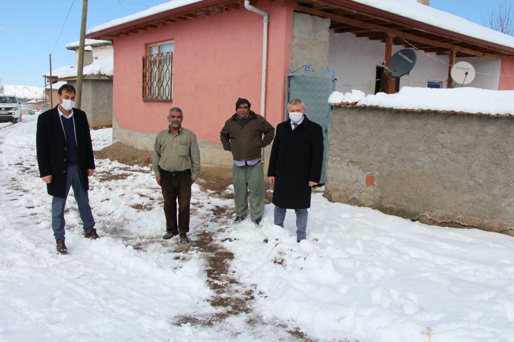 Sungurlu Belediye Başkan Yardımcıları Bahri Sezen ve Mükremin Dağaşan, Belediye Başkanı Abdulkadir Şahiner'in talimatlarıyla bugün bir dizi ziyaretler gerçekleştirdiler. Akabinde yalnız yaşayan engelli 3 kardeşi ziyaret ederek yakacak ve gıda yardımında bulundular. | Sungurlu Haber