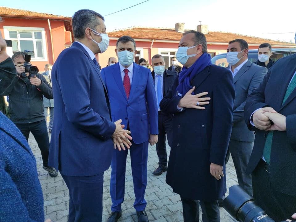 5 Eğitim Kurumunun açılışını yapmak ve bir dizi ziyaretlerde bulunmak üzere Çorum'a gelen Mili Eğitim Bakanı Ziya Selçuk, Arifegazili Köyü'nde karşılandı. | Sungurlu Haber