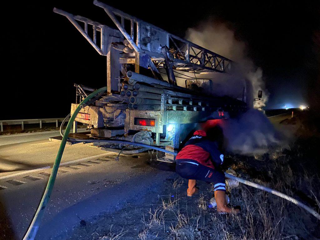 Sungurlu'da hareket halindeyken aşırı derecede ısınan balatalar nedeniyle alev alan sondaj kamyonunun lastikleri, itfaiye ekiplerince söndürüldü. | Sungurlu Haber