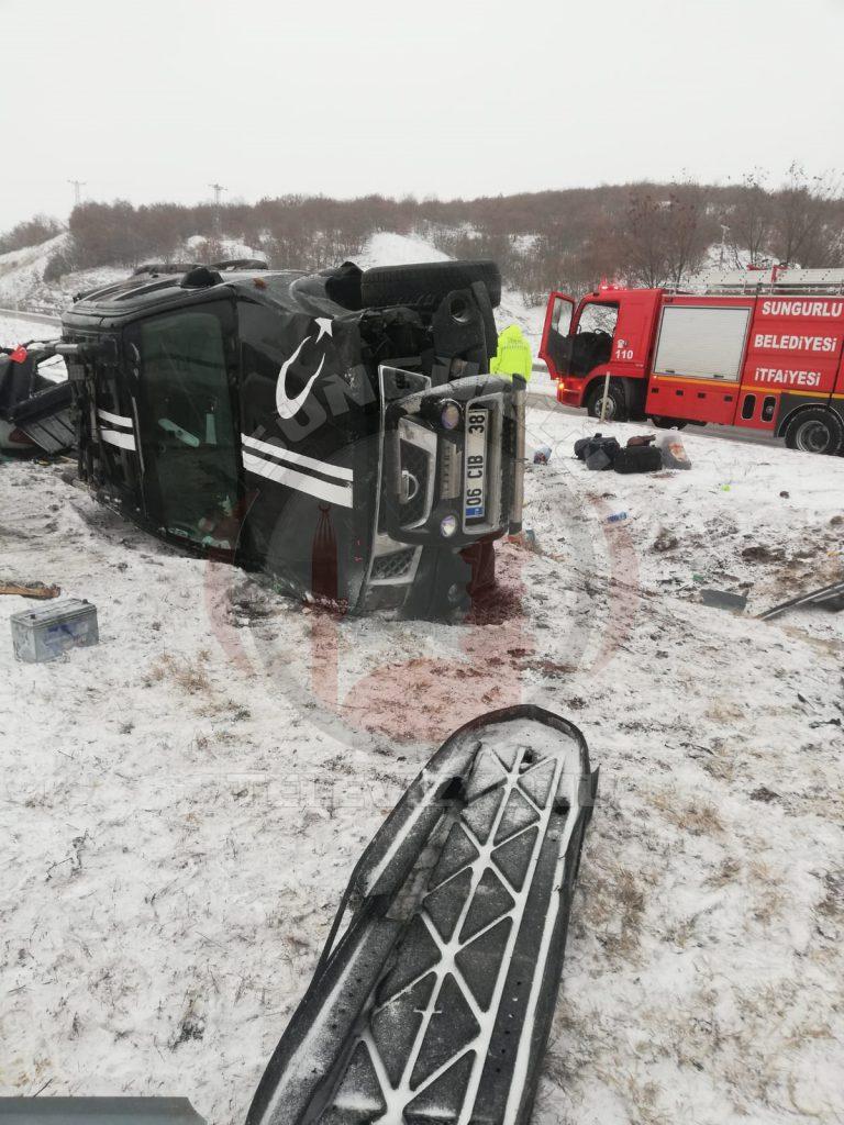 Çorum'un Sungurlu ilçesinde meydana gelen trafik kazasında 2 kişi yaralandı. Edinilen bilgilere göre kaza Sungurlu-Çorum karayolu Alacahöyük kavşağında meydana geldi. | Sungurlu Haber