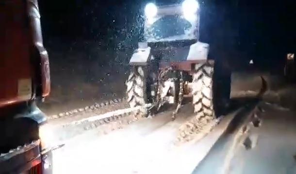 Çorum'un Sungurlu ilçesinde yoğun kar yağışı nedeniyle onlarca araç yollarda kalırken, mahsur kalan sürücülere Karaçay Köyü muhtarı traktörüyle yardım etti. | Sungurlu Haber
