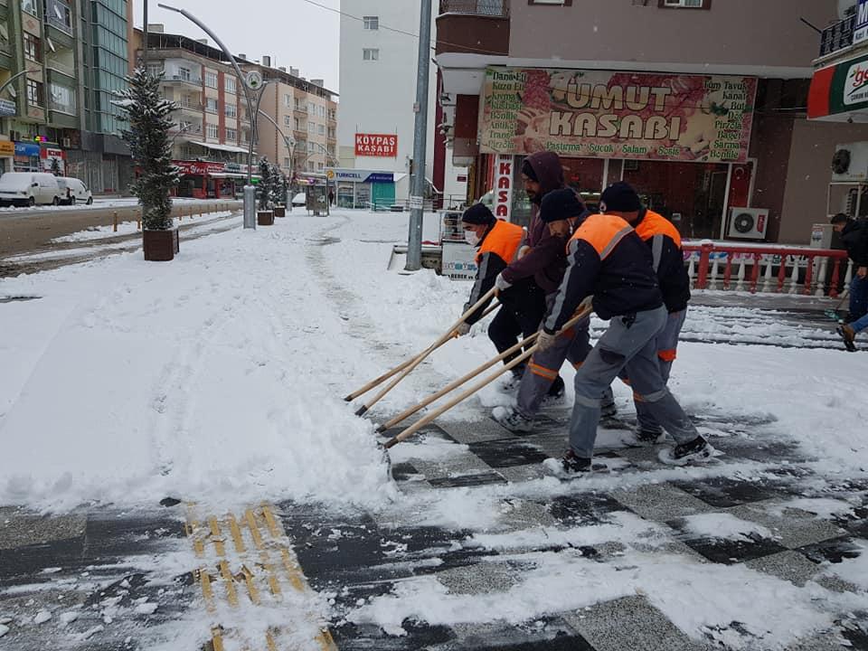 Sungurlu'da dün öğle saatlerinde başlayan kar yağışı nedeniyle belediye ekipleri karla mücadele çalışmalarına başladı. | Sungurlu Haber