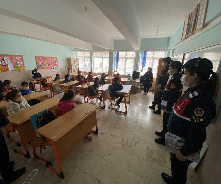 """Sungurlu İlçe Jandarma Komutanlığı ve Aile İçi Şiddetle Mücadele ve Çocuk Kısım Amirliği tarafından """"Geleceğimizin Teminatı Çocuklarımızın"""" okullardaki ilk gününde Jandarma, Demirşeyh İlk ve Ortaokulu öğrencilerinin heyecanına ortak oldu.   Sungurlu Haber"""