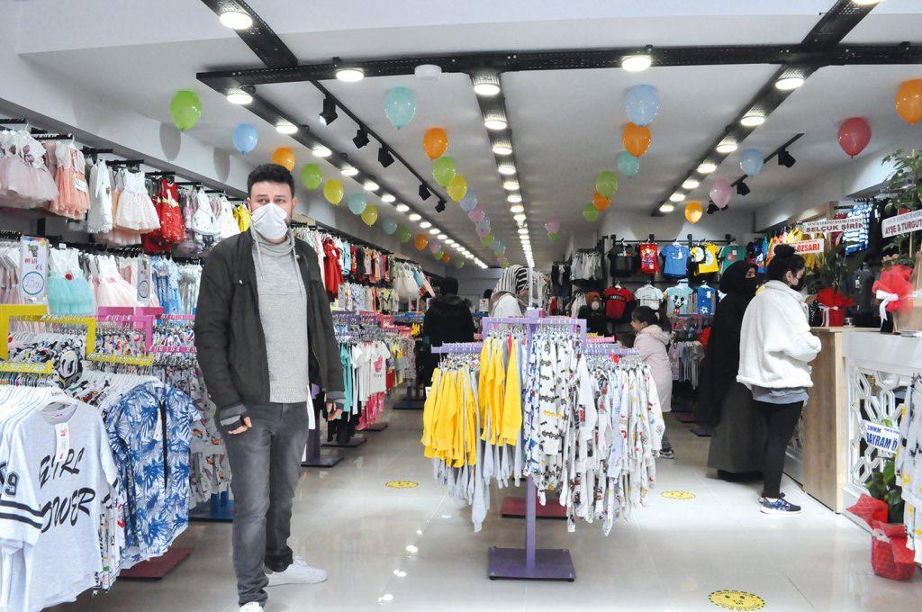 Sungurlu'da Fatih Mahallesi Muhsin Yazıcıoğlu Caddesi No.149 adresinde faaliyet gösteren Serkan Yazar'ın sahibi olduğu Mini Life 0-14 Yaş Çocuk Giyim, Bay-Bayan İç Giyim Mağazası okunan duanın ardından kurdele kesimi ile açılışı gerçekleştirildi. | Sungurlu Haber