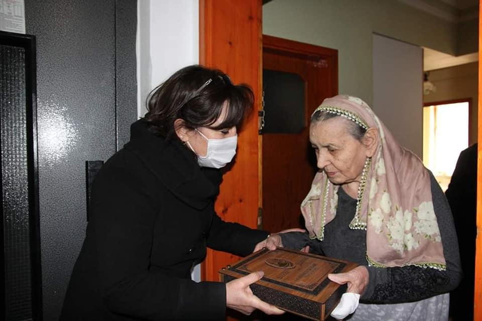 Sungurlu Belediye Başkanı Abdulkadir Şahiner, 18 Mart Çanakkale Zaferi'nin 106. Yıl dönümü ve Şehitler haftası münasebetiyle şehit aileleri için hediye hazırlattı. Belediye Başkan Yardımcısı Sakine Sarıyüce, Başkan Abdulkadir Şahiner'in talimatıyla ilçe merkezinde yaşayan şehit ailelerini ziyaret etti. Şahiner'in selam ve minnetlerini ileten Başkan Yardımcısı Sarıyüce, şehit aileleri ile hasbihal ederek taleplerini dinledi ve hazırlanan hediyeleri takdim etti. | Sungurlu Haber