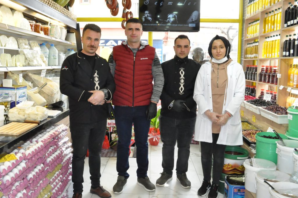Sunguroğlu Mahallesi 10'cu Sokak No:2 adresinde Rıdvan Alınca'nın işletme sahibi olduğu Küçük Çiftlik adlı iş yeri dualarla hizmete açıldı. | Sungurlu Haber