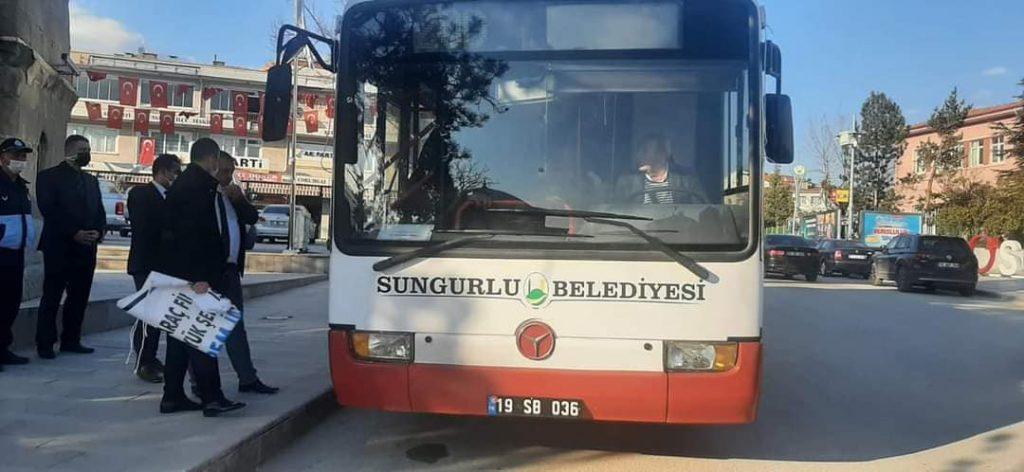 İstanbul Büyükşehir Belediye Başkanı Ekrem İmamoğlu'nun Sungurlu için hibe ettiği otobüs, ilçeye getirildi. Otobüs, ilçe halkına hizmet vermeye başladı. Otobüsü bizzat Sungurlu Belediye Başkanı Abdulkadir Şahiner test etti. Şahiner, yeni gelen otobüsü bizzat kendisi kullanarak yolcu taşıdı.   Sungurlu Haber