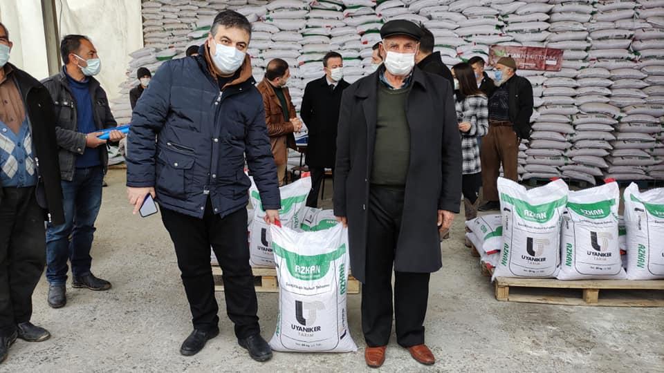 Sungurlu'da 153 çiftçiye yüzde 75 hibe desteğiyle 34 ton sertifikalı nohut tohumu verildi. Ankara-Samsun karayolu üzerinde bulunan Uyanıkerler Gıda'da düzenlenen dağıtım törenine Sungurlu Kaymakamı Fatih Görmüş, Ziraat Odası Başkanı Ramazan Kelepircioğlu, İlçe Tarım ve Orman Müdürü Musab Altun, ve çiftçiler katıldı. | Sungurlu Haber