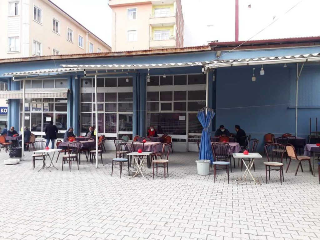 Bakanlar kurulunun dün akşam aldığı karar gereğinde kafe, restoran ve benzeri işletmelerde sabah 07.00 ile 19.00 saatleri arasında yüzde 50 kapasite müşteri alımıyla ilgili karar sonrası Sungurlu'da sabah saatlerinde işletmelerde ilk masa müşterileri alımına başlandı. | Sungurlu Haber