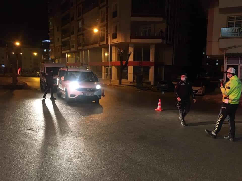 Sungurlu'da bu gece geniş çaplı asayiş uygulaması yapıldı. Çorum ve Sungurlu Emniyet Müdürlüğüne bağlı ekiplerce ortak düzenlenen uygulamada Sunguroğlu Mahallesi'nde 2 kişinin silahla yaralanması ve 2 ayrı işyerinin silahla taranması olayının faillerine yönelik geniş çaplı operasyon düzenlendi. 4 kişi gözaltına alındı. | Sungurlu Haber
