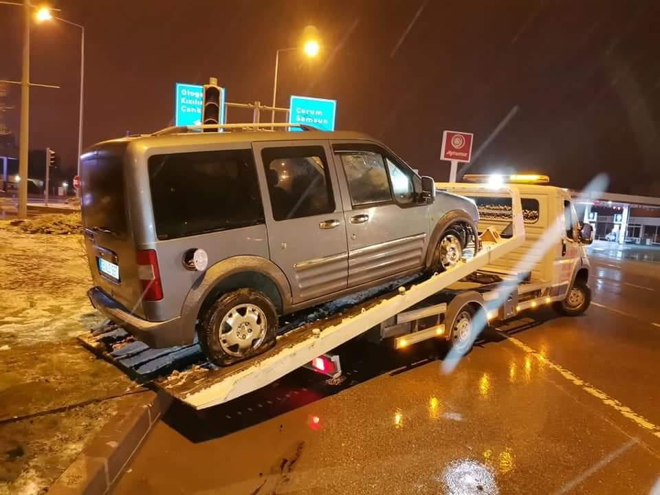 Sungurlu'da etkili olan kar yağışı beraberinde kazaları da getirdi. | Sungurlu Haber