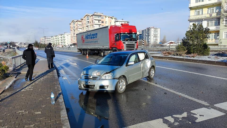 Sungurlu'da meydana gelen trafik kazasında 2 kişi yaralandı. Kaza Taşköprü Kavşağında meydana geldi. | Sungurlu Haber