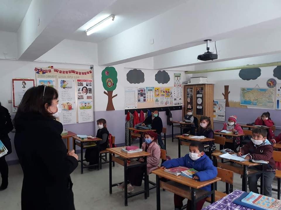 Sungurlu Belediyesi tarafından eğitime katkı amacıyla okula yeni başlayan öğrencilere okuma seti hediye edildi. Belediye Başkan Yardımcısı Sakine Sarıyüce,her yıl 1. sınıfa başlayan öğrencilere yapılan hediye okuma setini bu yıl ki 1. sınıf öğrencilerine de ulaştırdı. | Sungurlu Haber