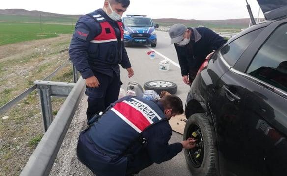Sungurlu İlçe Jandarma Komutanlığına bağlı trafik ekipleri, Ankara-Samsun karayolunda yolda kalan yaşlı çifte yardım etti. | Sungurlu Haber