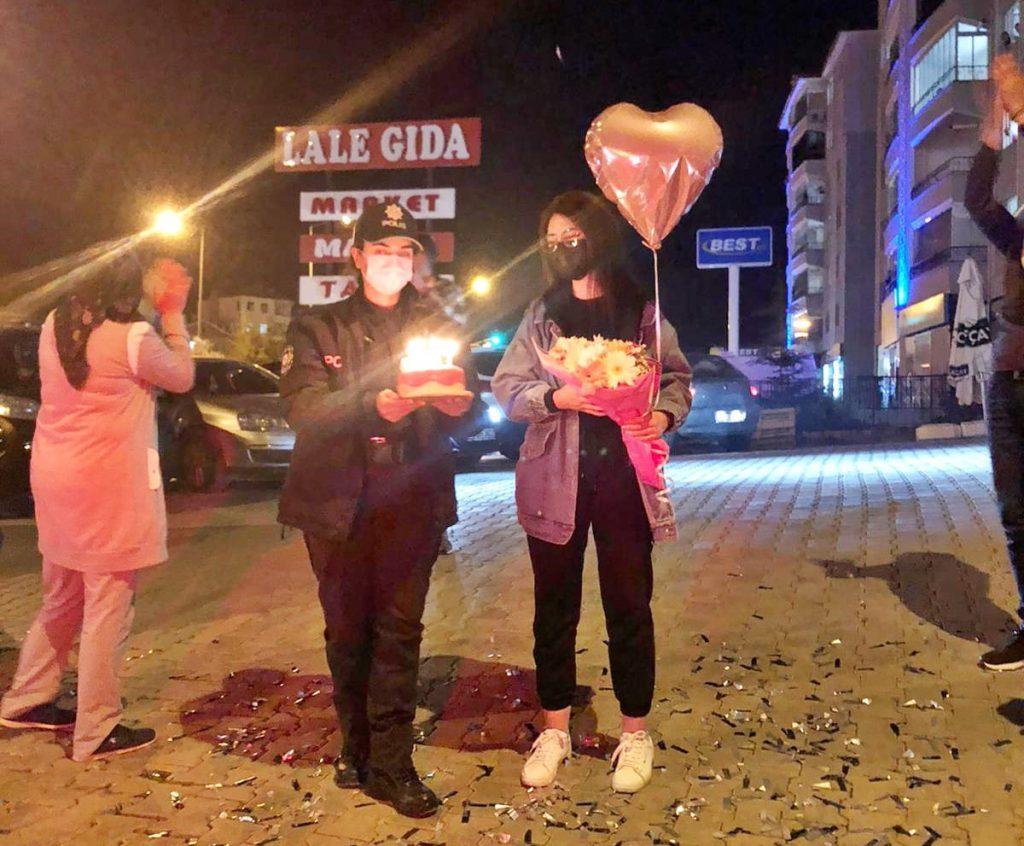 Sungurlu İlçe Emniyet Müdürlüğü personeli, koronavirüsten hayatını kaybeden Sungurlu Devlet Hastanesi personelinin kızına sürpriz doğum günü düzenledi. | Sungurlu Haber