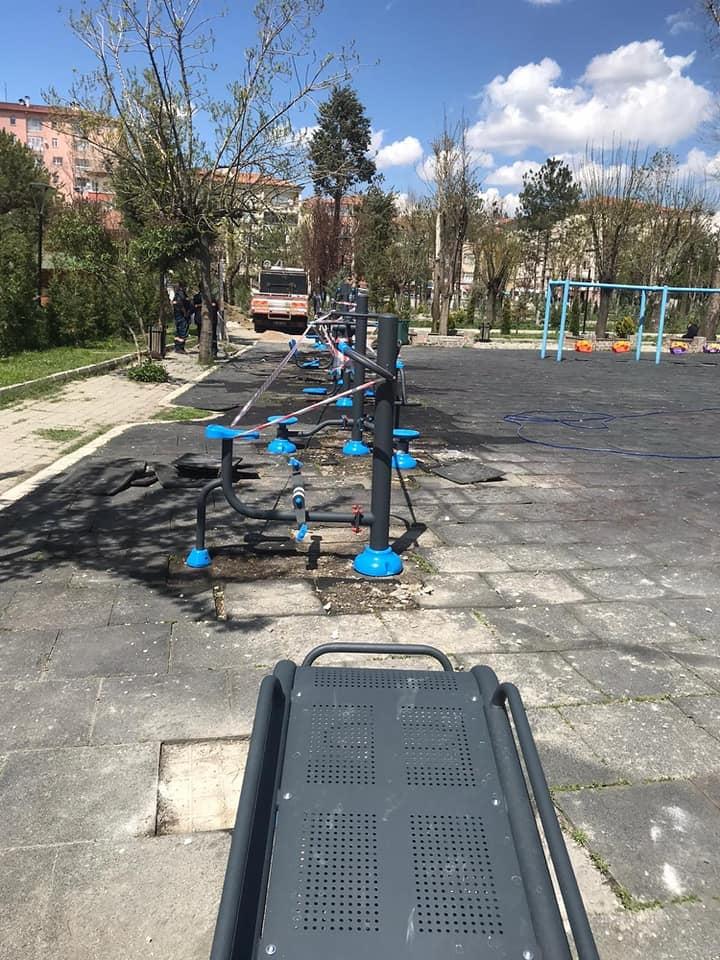 Sungurlu Belediyesi parklardaki eksik ya da eskimiş spor aletlerini yeniliyor. Mevcut parklarda spor aletlerine yenileri eklerken diğer yandan mevcut parklarda bakım-onarım ve revizyon çalışmaları sürdürülüyor. | Sungurlu Haber