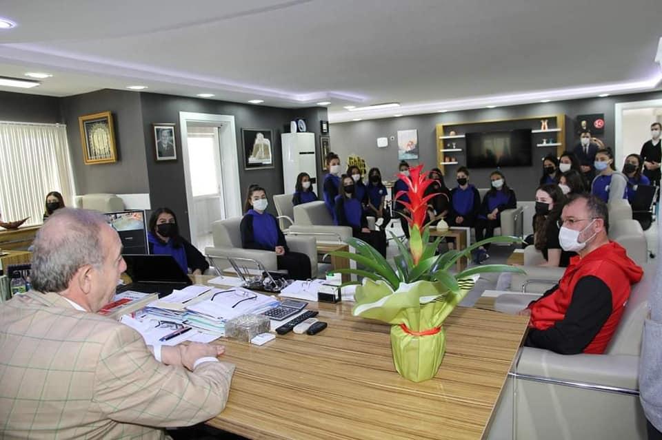 Sungurlu Belediyesi bayan voleybol takımı 2. Lig yolunda ilk adımı atarak bölgesel lige katılım sağladı. Belediye Başkanı Abdulkadir Şahiner, Sungurlu'nun Sultanlarını makamında ağırlayarak hediyeler verdi. | Sungurlu Haber