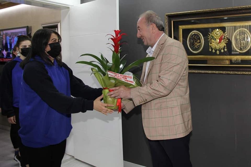 Sungurlu Belediyesi bayan voleybol takımı 2. Lig yolunda ilk adımı atarak bölgesel lige katılım sağladı. Belediye Başkanı Abdulkadir Şahiner, Sungurlu'nun Sultanlarını makamında ağırlayarak hediyeler verdi.   Sungurlu Haber