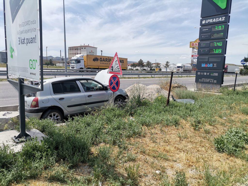 Sungurlu'da meydana gelen trafik kazasında 2 kişi yaralandı. Kaza, Sungurlu-Kırıkkale karayolu 5. kilometrede meydana geldi. Edinilen bilgilere göre, Sungurlu'dan Kırıkkale istikametine giden Nurettin Akbaş (60) yönetimindeki 06 CDR 230 plakalı otomobil sürücüsünün direksiyon hakimiyetini kaybetmesi sonucu kontrolden çıkarak kaldırıma çıktı.   Sungurlu Haber