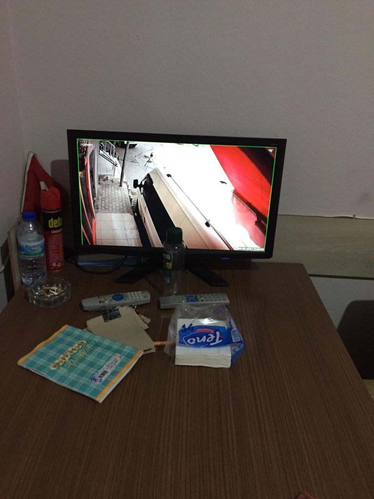 Sungurlu'da bir kahvehaneye düzenlenen kumar baskınında 13 kişi yakalanırken, toplam 57.704 TL para cezası kesildi. Edinilen bilgilere göre Turan Mahallesinde bulunan kahvehanede kumar oynatıldığı bilgisini alan Sungurlu İlçe Emniyet Müdürlüğüne bağlı polis ekipleri eve baskın düzenlendi. | Sungurlu Haber