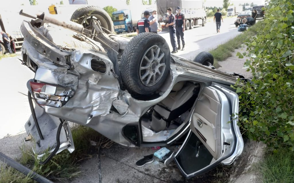 Sungurlu'da meydana gelen trafik kazasında 4 kişi yaralandı. Kaza, Sungurlu-Çorum karayolu 22. kilometrede meydana geldi. Edinilen bilgilere göre, Ankara'dan Sungurlu istikametine seyir halinde olan polis memuru Hüseyin Yılmaz (49) yönetiminde ki 06 BIJ 537 plakalı otomobil, sürücüsünün direksiyon hakimiyetini kaybetmesi sonucu takla atarak su kanalına devrildi. | Sungurlu Haber