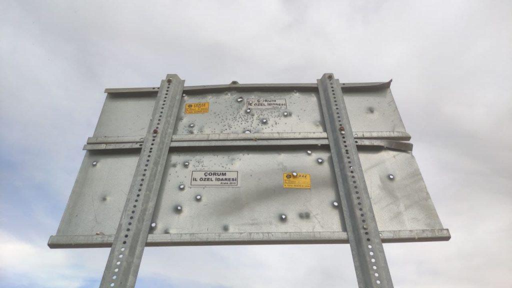 Sungurlu'da sürücüleri bilgilendirmek ve uyarmak amacıyla konulan tabelalar magandaların hedef tahtası haline geldi.   Sungurlu Haber