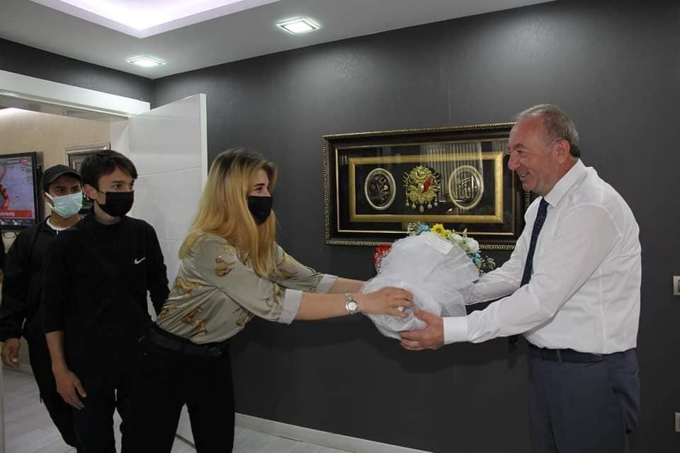 Çorum Özel Sporcular Azim ve Başarı Kulübü Başkanı Fatih Atlı, Antrenör Onur Alagöz ve kulüp sporcuları Belediye Başkanı Abdulkadir Şahiner'i makamında ziyaret ederek, kadın futbol takımına yapmış olduğu araç desteği için teşekkür ettiler. | Sungurlu Haber