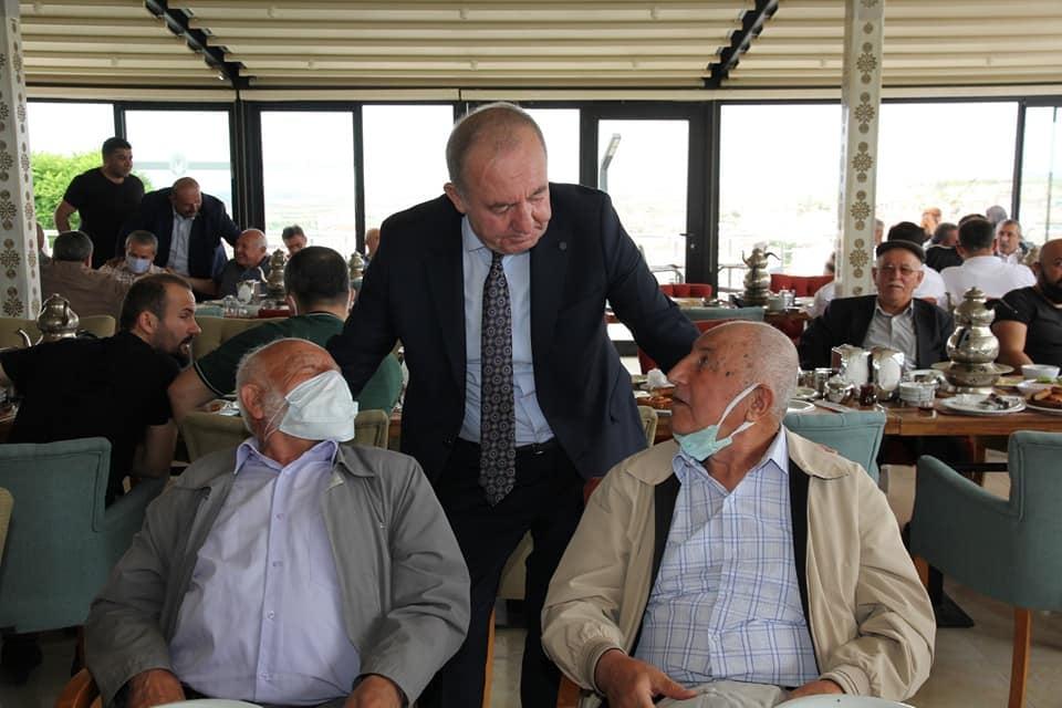 """İyi Parti İlçe Teşkilatı ile kahvaltıda bir araya gelen Sungurlu Belediye Başkanı Abdulkadir Şahiner, """"Makam, mevki hepsi gelip geçici. Biz her şeyden önce arkadaşız, dostuz. Biz büyük bir aileyiz"""" dedi. Mesire Kafede düzenlenen kahvaltı programına Sungurlu Belediye Başkanı Abdulkadir Şahiner, işadamı Rafet Bekmezci, belediye meclis üyeleri, il genel meclis üyesi ve İYİ parti ilçe teşkilatında çeşitli kademelerinde görev alanlar vatandaşlar katıldı.   Sungurlu Haber"""