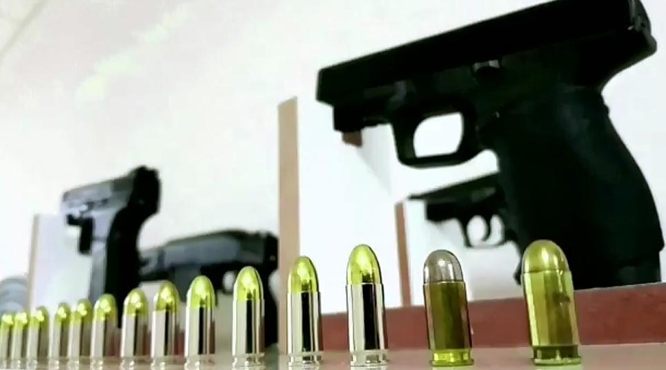 Sungurlu'da bir suç örgütüne yönelik operasyon düzenlenirken 10 kişi tutuklandı. Operasyon kapsamında bir evde yapılan arama da bebek beşiğine saklanan mermiler dikkat çekti.   Sungurlu Haber