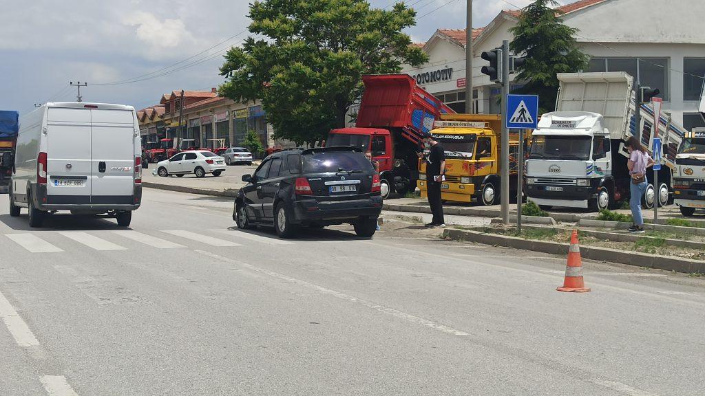 meydana gelen trafik kazasında 2 kişi yaralandı. Edinilen bilgilere göre Sungurlu'dan Çorum istikametine seyir halinde olan sürücüsü öğrenilemeyen 08 BB 010 plakalı otomobil, kavşaktan dönmeye çalışan Celal Ö. Yönetimindeki 19 SN 419 plakalı otomobil ile çarpıştı. 2 Kişi yaralandı | Sungurlu Haber