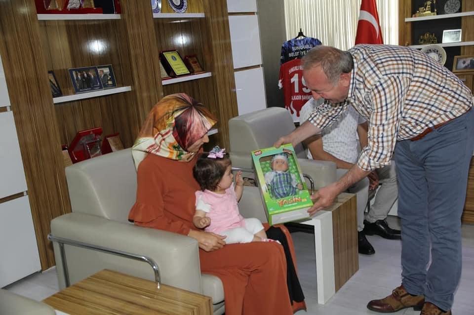 Sungurlu Belediye Başkanı Abdulkadir Şahiner, Sungurlulu hemşehrimiz Musa ve Rabia Kalınsazlıoğlu çiftini ve minik kızları Zehra Meva'yı makamında ağırladı. Zehra Meva'nın tedavi süreci ile ilgili aileden bilgi alan Başkan Şahiner, aileye ve Zehra Meva'ya destek olmak için ellerinden geleni yapacaklarını açıkladı. | Sungurlu Haber