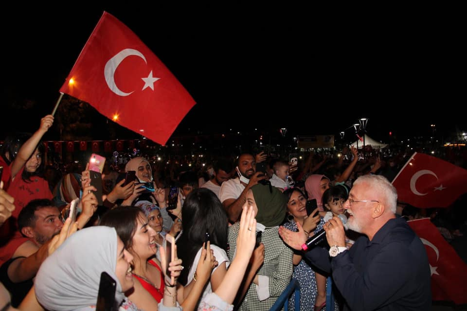 Kentpark'ta düzenlenen halk konseri , Semazen gösterisi, Bitlis yöresi halk oyunları ve Kafkas ekibinin gösterileriyle başladı. Konserde ünlü sanatçı Onur Akın sahne aldı. SMA hastalığı konusunda çok hassas olan Onur Akın, Zehra Meva bebeği ve ailesini, ilçe kaymakamı Fatih Görmüş'ü ve Belediye Başkanı Abdulkadir Şahiner'i sahneye davet etti. Onur Akın Kaymakam Fatih Görmüş ve Başkanı Abdulkadir Şahiner yaptıkları konuşmalarda, SMA hastası Zehra Meva için destek isteyerek yapılan yardımlardan dolayı tüm Sungurlu halkına teşekkür ettiler.   Sungurlu Haber