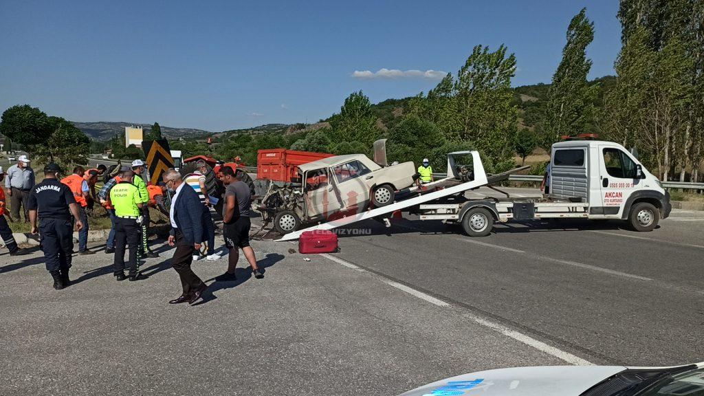 Sungurlu'da otomobil ile traktörün çarpışması sonucu meydana gelen trafik kazasında 1 kişi öldü, 1'i ağır dört kişi yaralandı. | Sungurlu Haber