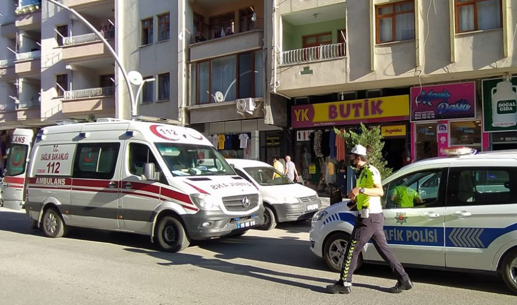 Sungurlu'da, geri manevra yapan otomobil küçük çocuğa çarptı. Edinilen bilgilere göre, Furkan A., idaresindeki 19 BE 624 plakalı otomobil, Muhsin Yazıcıoğlu Caddesi üzerinde geri geri gittiği esnada yolun karşı tarafına geçmeye çalışan Berat B.'ye çarptı. Meydana gelen kazada küçük çocuk yaralandı. | Sungurlu Haber