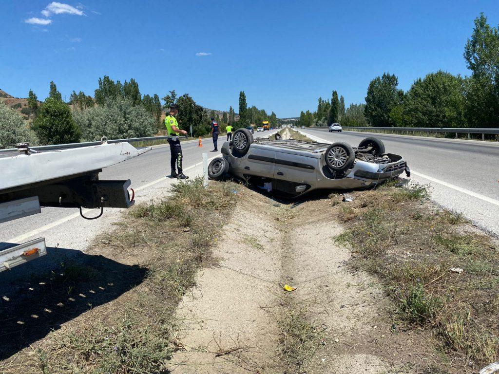 Sungurlu'da kontrolden çıkan otomobil orta refüje devrildi. Kazada 3 kişi yaralandı.   Sungurlu Haber