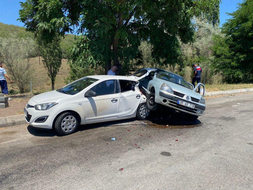Sungurlu'da kontrolden çıkan otomobil dinlenme alanında park halinde olan otomobile arkadan çarptı. | Sungurlu Haber
