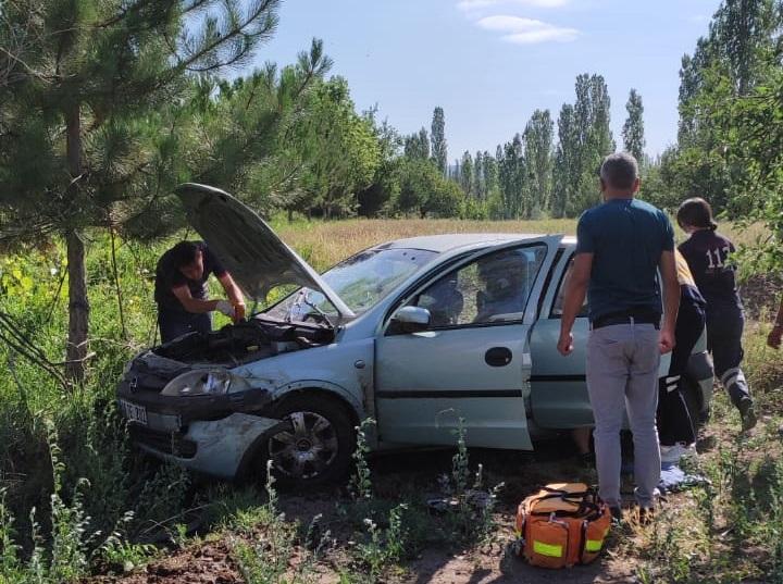 Sungurlu'da kontrolden çıkan otomobil tarlaya uçtu. Kazada 2 kişi yaralandı. | Sungurlu Haber