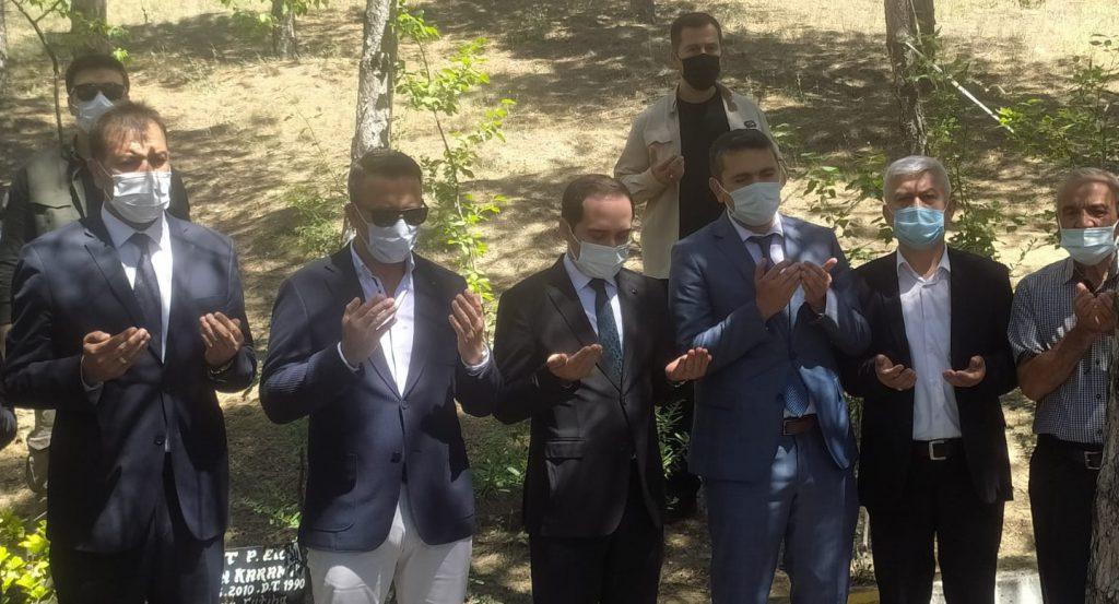 FETÖ tarafından gerçekleştirilen 15 Temmuz darbe girişimi sırasında Cumhurbaşkanlığı Külliyesinin önünde atılan bomba sonucu şehit olan Akif Kapaklı'nın mezarı ziyaret edildi. | Sungurlu Haber