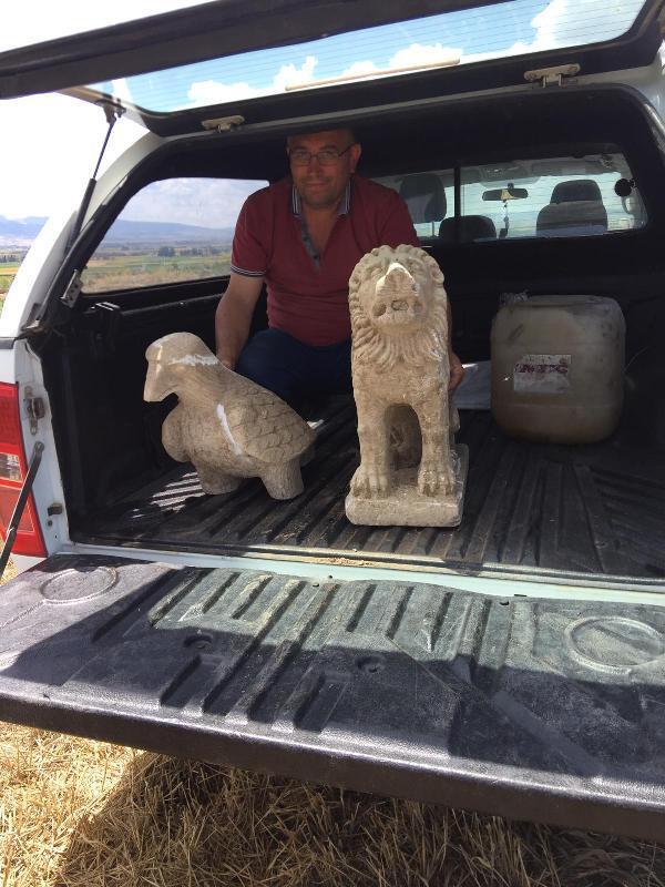 Çorum'da tarlasını süren çiftçinin pulluğuna 2 parçadan oluşan aslan ve kartal figürlü nesne takıldı. Çiftçinin ihbarı üzerine bölgeye gelen ekipler, objelerin hangi döneme ait olduğunu tespit etmek için çalışma başlattı. | Sungurlu Haber
